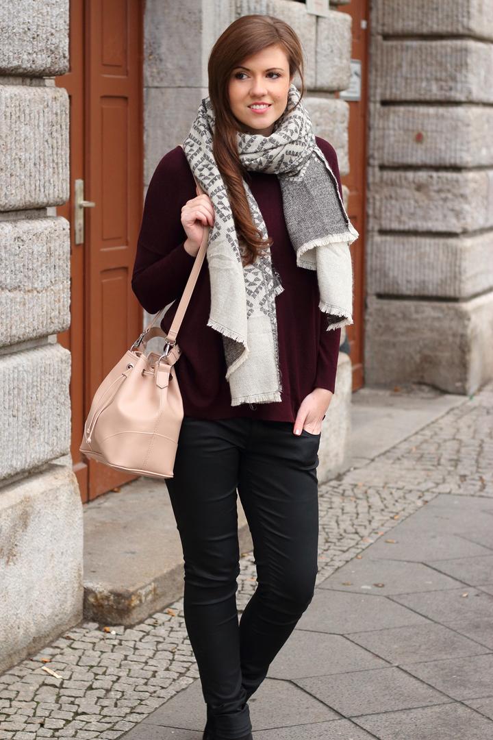 justmyself-fashionblog-winteroutfit-schwarze-jeans-mavi-pullover-bordeaux-schal-grau-gemustert-ankle-boots-3