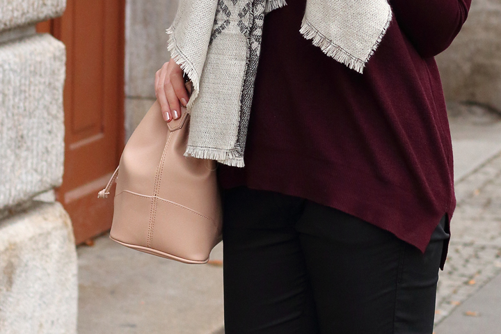 justmyself-fashionblog-winteroutfit-schwarze-jeans-mavi-pullover-bordeaux-schal-grau-gemustert-ankle-boots-5