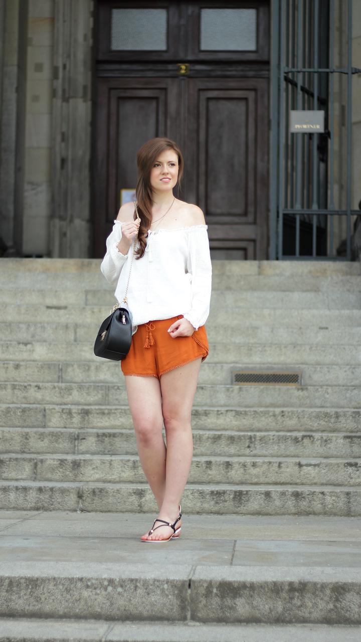 justmyself-fashionblog-summer-night-out-weisse-off-shoulder-bluse-senfgelbe-shorts-chloe drew-lookalike-11