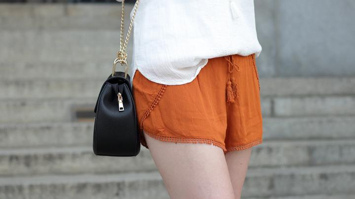 justmyself-fashionblog-summer-night-out-weisse-off-shoulder-bluse-senfgelbe-shorts-chloe drew-lookalike-12