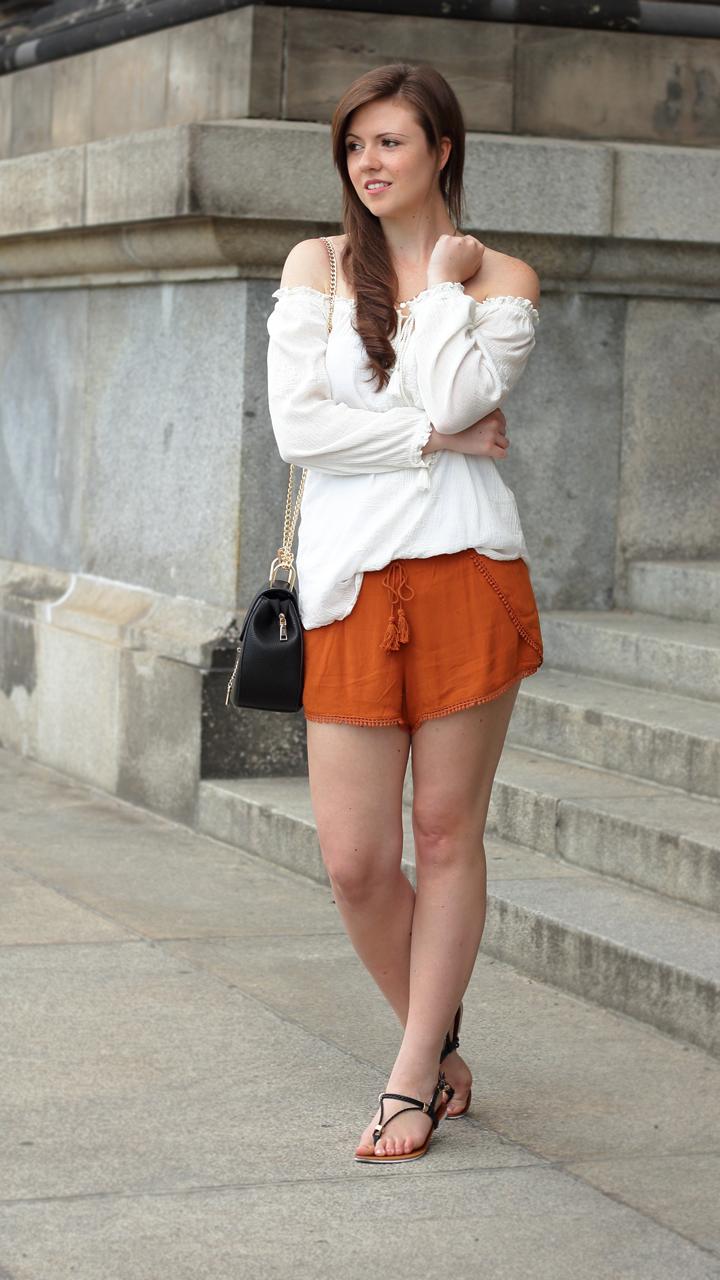justmyself-fashionblog-summer-night-out-weisse-off-shoulder-bluse-senfgelbe-shorts-chloe drew-lookalike-2