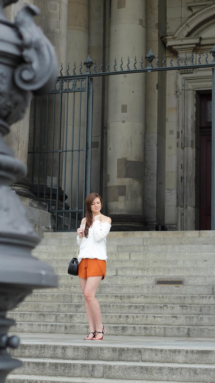 justmyself-fashionblog-summer-night-out-weisse-off-shoulder-bluse-senfgelbe-shorts-chloe drew-lookalike-9