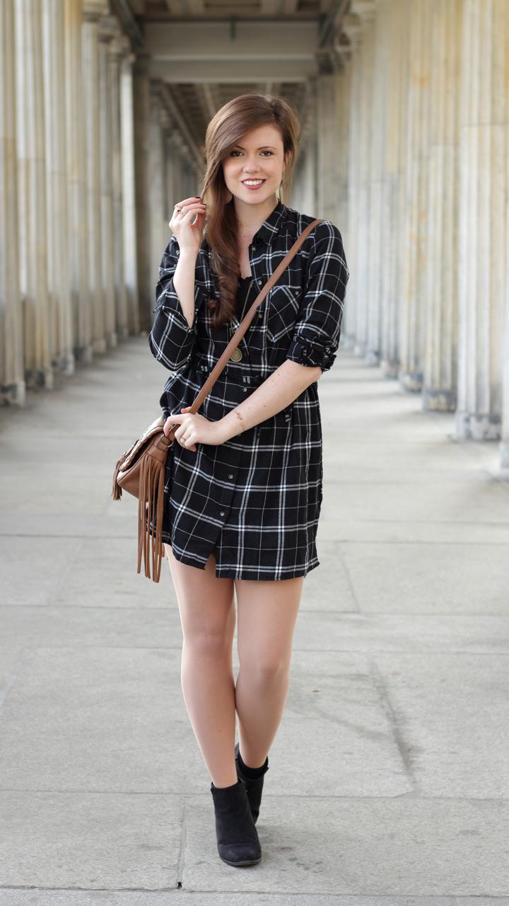 justmyself-fashionblog-blusenkleid-schwwarz-weiss-karriert-hm-boots-dorethy-perkens-herbstoutfit-braune-umhaengetasche-fransen-2