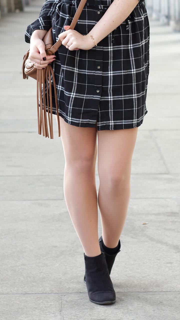 justmyself-fashionblog-blusenkleid-schwwarz-weiss-karriert-hm-boots-dorethy-perkens-herbstoutfit-braune-umhaengetasche-fransen-3