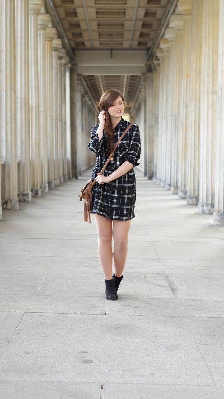 justmyself-fashionblog-blusenkleid-schwwarz-weiss-karriert-hm-boots-dorethy-perkens-herbstoutfit-braune-umhaengetasche-fransen-4