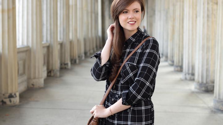 justmyself-fashionblog-blusenkleid-schwwarz-weiss-karriert-hm-boots-dorethy-perkens-herbstoutfit-braune-umhaengetasche-fransen-6