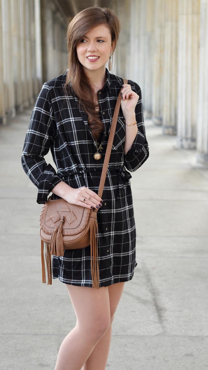 justmyself-fashionblog-blusenkleid-schwwarz-weiss-karriert-hm-boots-dorethy-perkens-herbstoutfit-braune-umhaengetasche-fransen-7