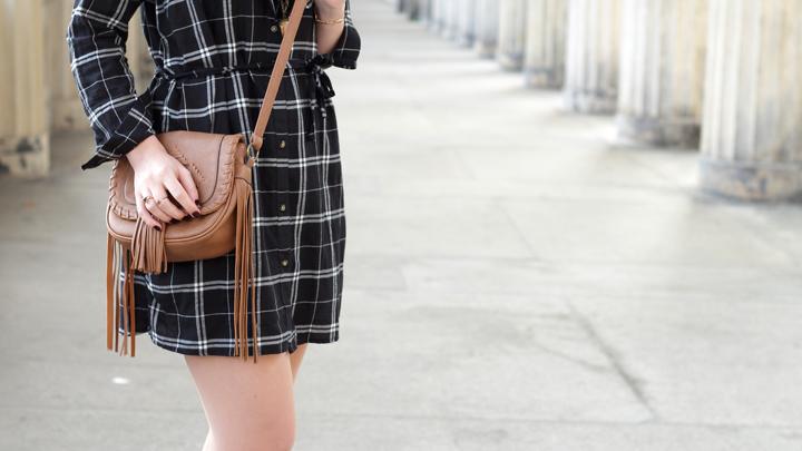 justmyself-fashionblog-blusenkleid-schwwarz-weiss-karriert-hm-boots-dorethy-perkens-herbstoutfit-braune-umhaengetasche-fransen-8