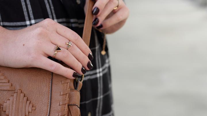 justmyself-fashionblog-blusenkleid-schwwarz-weiss-karriert-hm-boots-dorethy-perkens-herbstoutfit-braune-umhaengetasche-fransen-9