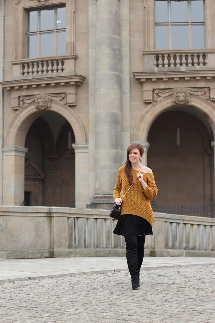 premium selection 8ad0b 9a3d6 Schwarze Overknees und senfgelber oversize Pullover - JustMyself