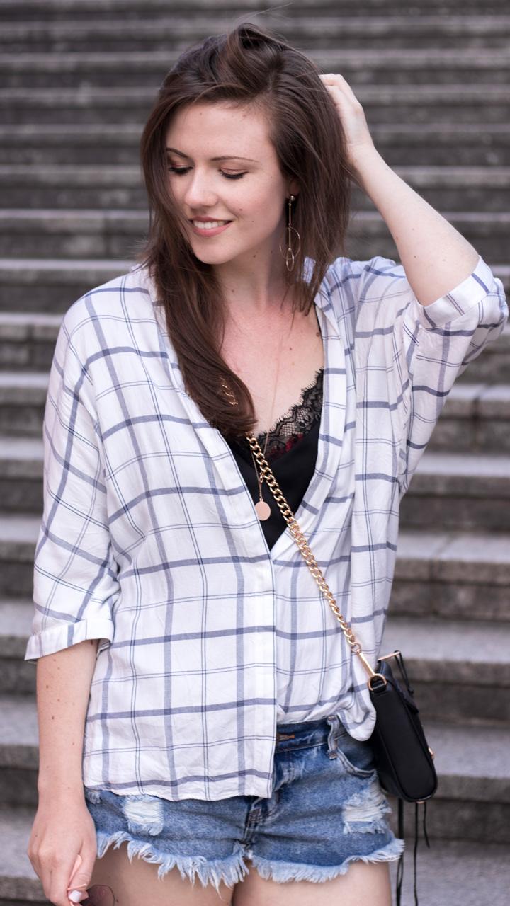 justmyself fashionblog deutschland karrierte bluse weiss schwarz jeans shorts one teaspoon
