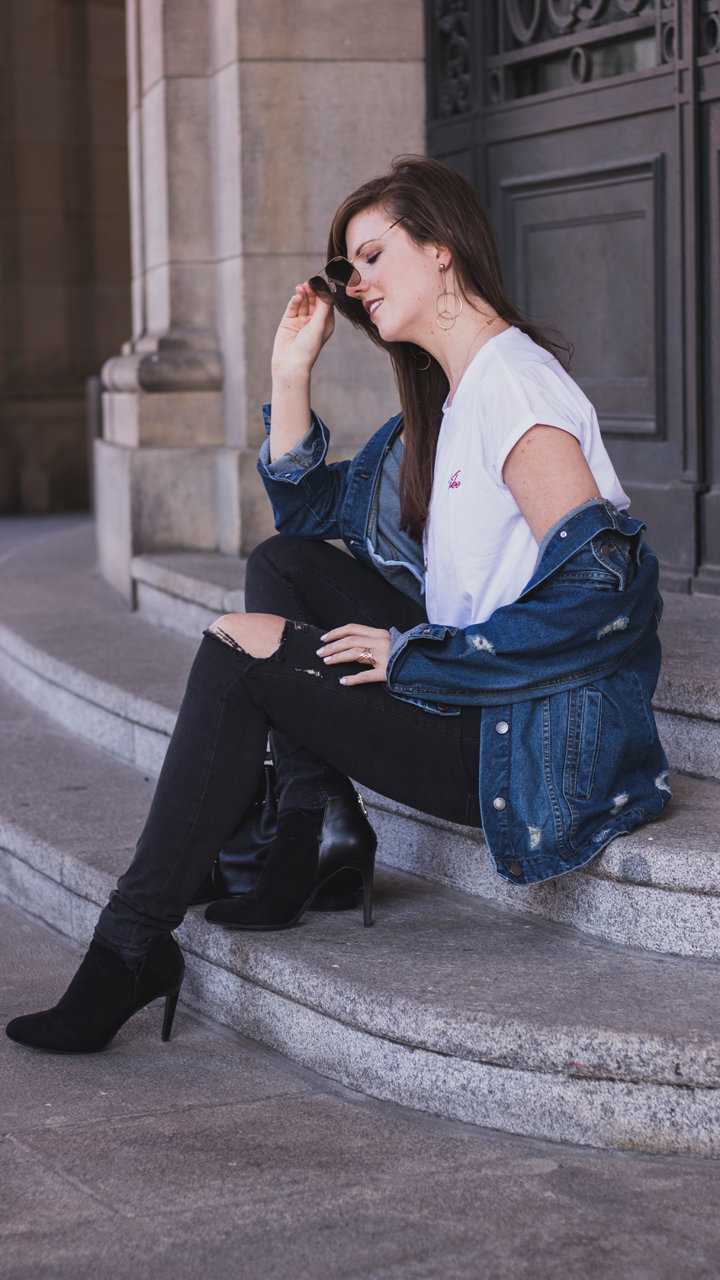 weisses vibe shirt na-kd mit oversize jeansjacke ankle boots zara herbstoutfit