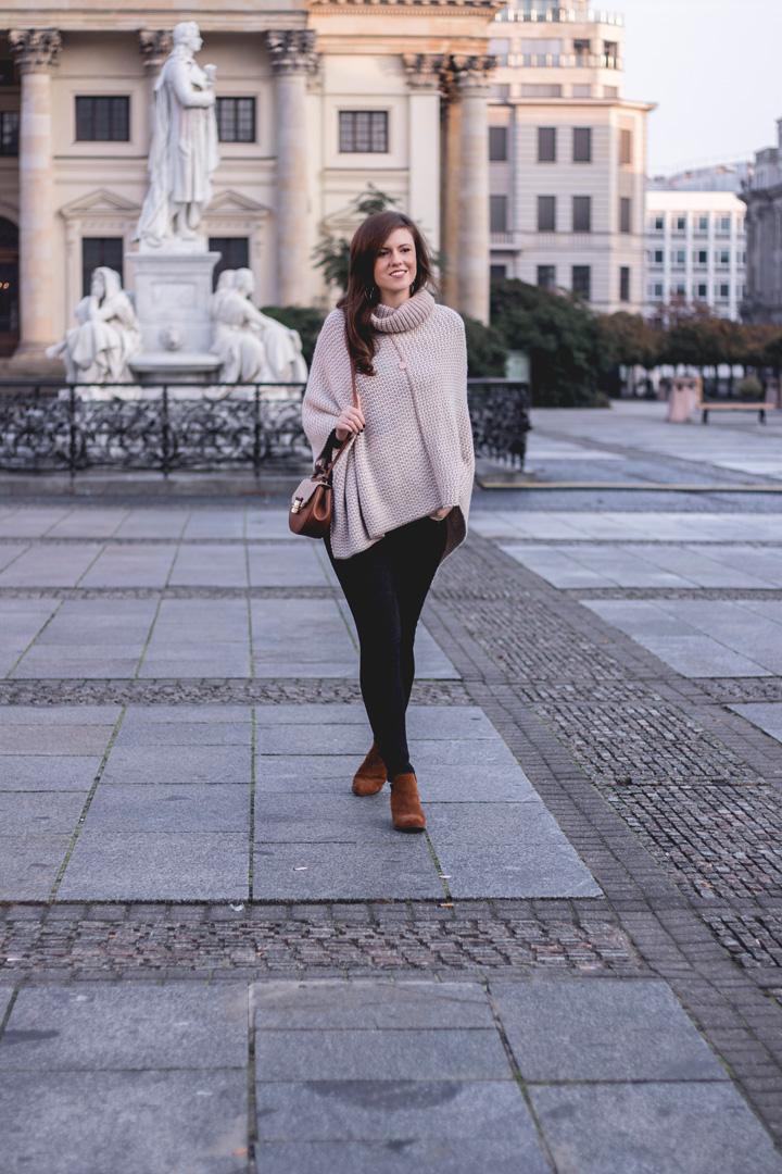 10 jahre tk maxx deutschland fashionblog herbst outfit berlin justmyself guess tasche poncho schwarze ripped jeans