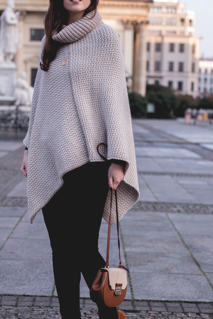 10 jahre tk maxx deutschland fashionblog herbst outfit berlin justmyself guess tasche poncho schwarze ripped jeans