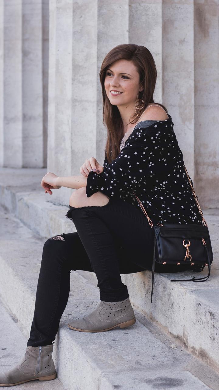 bluse mit sternchen schwarze ripped jeans rebecca minkoff mini mac tasche spitzen top